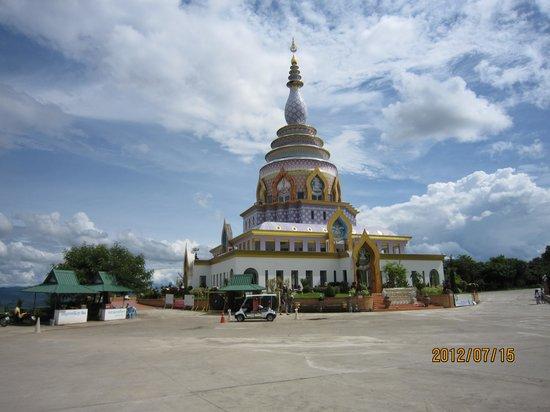 Mae Ai, Thailand: 仏塔遠く