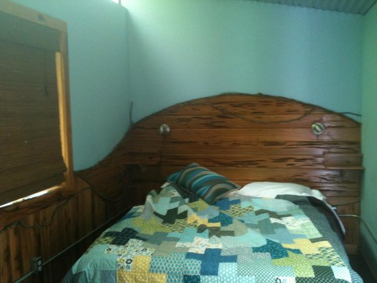 The Small B&B Cafe: Queen bed in Woodshet