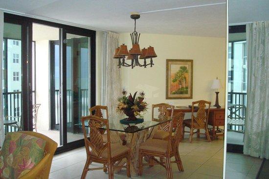 Pointe Estero Beach Resort: El living comedor posee dos balcones