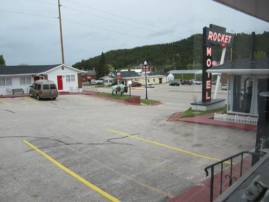 Rocket Motel : looking toward the office and street