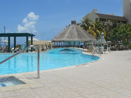 The Royal Islander All Suites Resort: Pool area