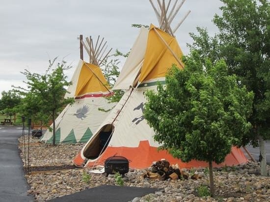 Frontier Cabins Motel: stay in a teepee
