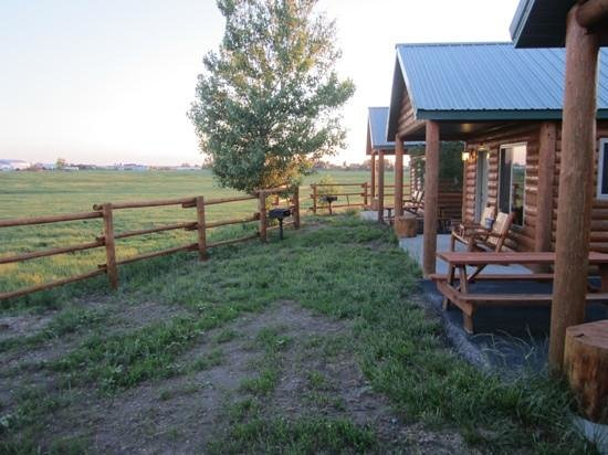 Frontier Cabins Motel: grills to use and nice, peacful view