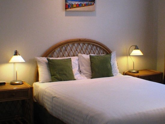 Beaches Serviced Apartments : Queen bed in all mains