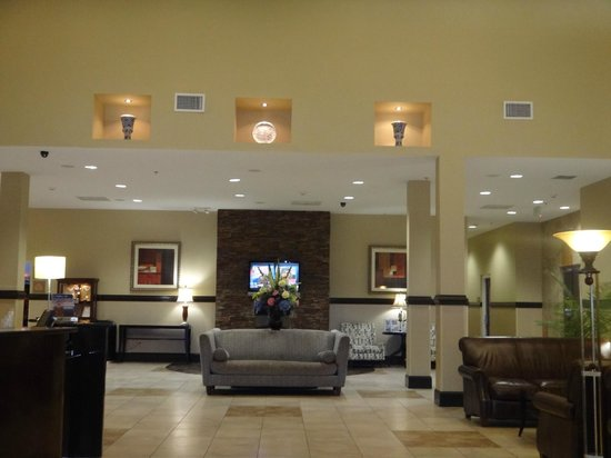 Holiday Inn & Suites Beaufort at Highway 21: Lobby