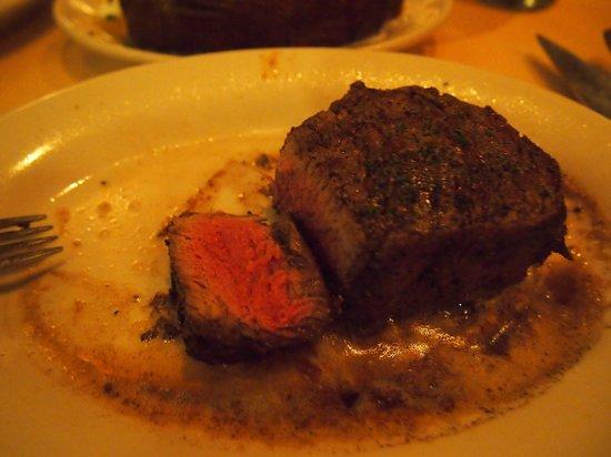 Ruth's Chris Steak House : メイン・ビーフステーキ。あつあつで最後まで頂けます☆