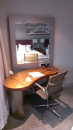 Holiday Inn Johannesburg-Rosebank: Desk