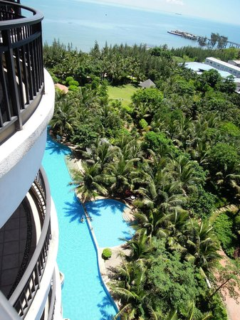 Golden Sunshine Hotspring Resort: pool & beach (Haikou, Golden Sunshine)