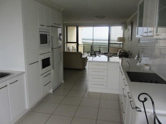 Trafalgar Towers: Kitchen & Ocean View Balcony