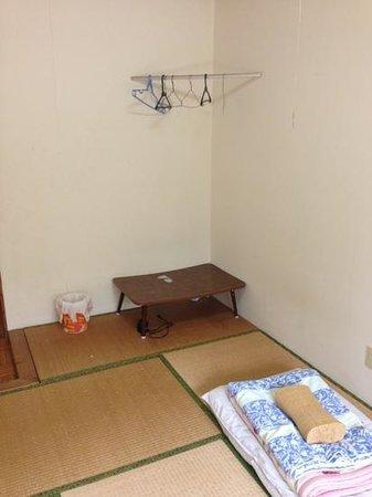 Minshuku Yamaneko: 民宿やまねこ No.2の部屋の角にはハンガーをかけられます。