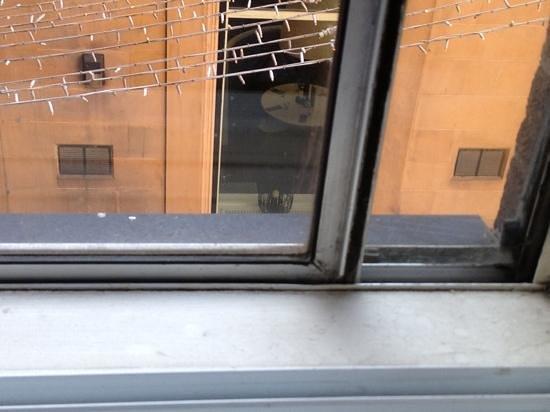 Mercure Glasgow City Hotel: Fenster nicht gerade zum Lärmschutz tauglich