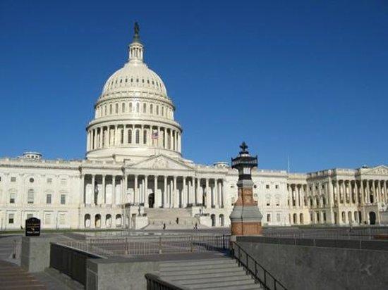 Capitol Hill: 青空をバックに