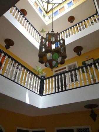 Hotel Cap Sim : L'escalier et son éclairage typique