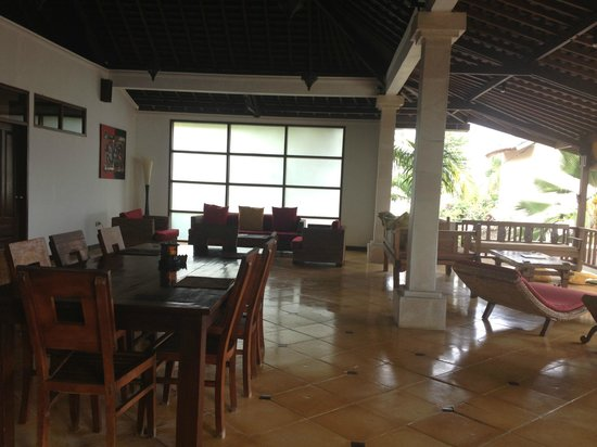 The Beach House Resort: Upstairs lounge/dining/living area