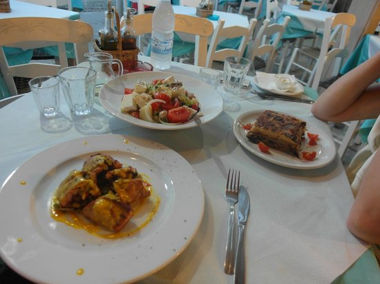 Sofia's: Salade, gevuld varkensvlees met saffraansaus, moussaka