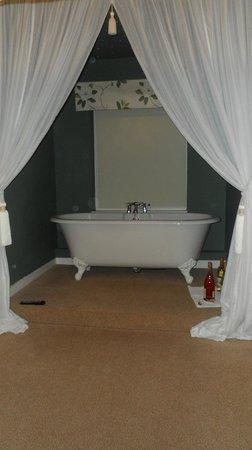Orles Barn Hotel: Nice bath.