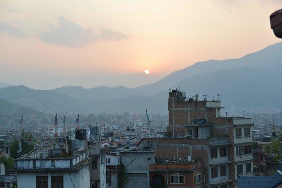 Nepal Apartment: Uitzicht vanuit appartement bij zonsondergang