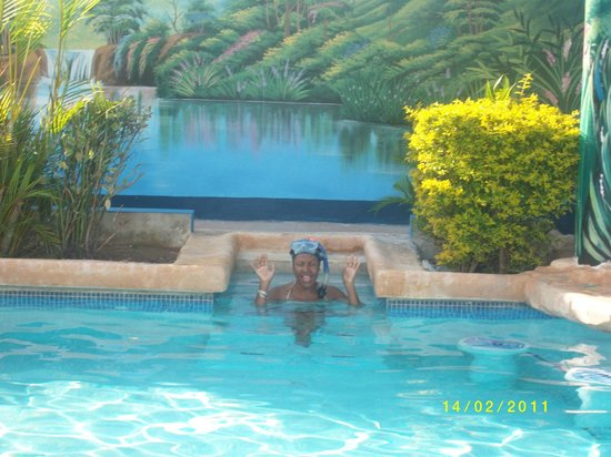 Travellers Beach Resort: swimming in pool