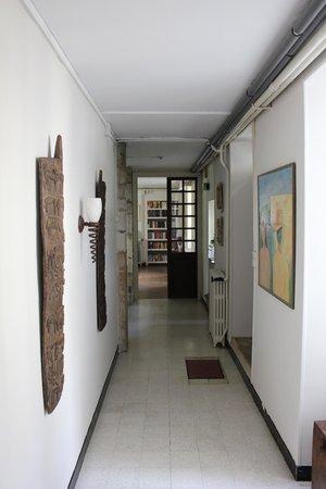 Le Prieure: Artistic hallway