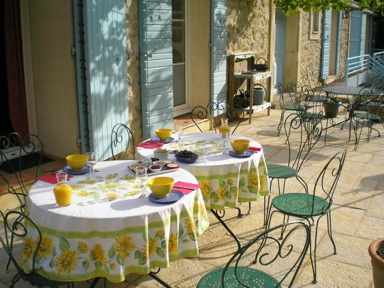 Domaine de Creva Tinas : Petit-déjeuner en terrasse