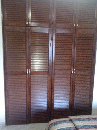 Tower House Suites: wooden closet