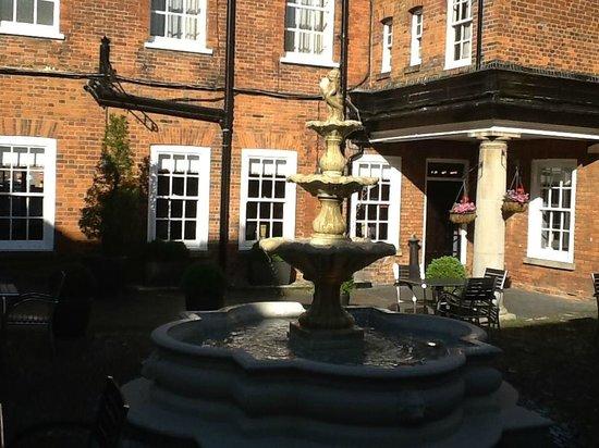 Mercure Farnham Bush Hotel: Garden Fountain