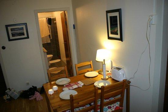 Teigur Guesthouse : Og spisebordet