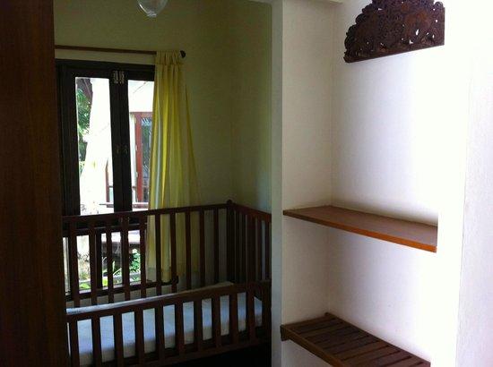 Royal Lanta Resort and Spa : Crib area for baby