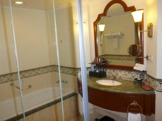Sheraton Hanoi Hotel: Bathroom