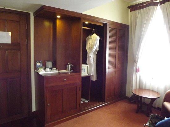 Royal Angkor Resort & Spa: dressing room area