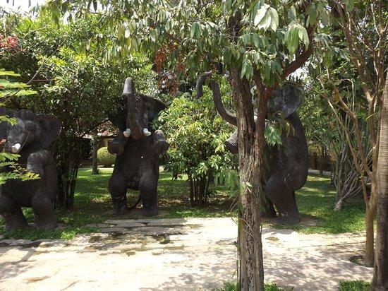 Royal Angkor Resort & Spa: showers!
