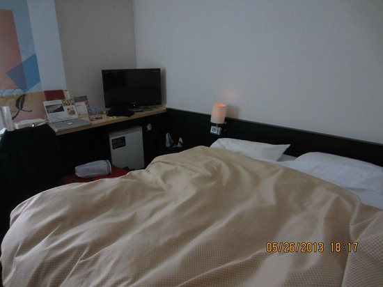 Shibuya Tokyu REI Hotel : Bed was against one wall of the room