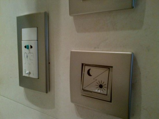 Sofitel Paris La Defense: novel switch to turn window between bathtub and bedroom from clear to obscure