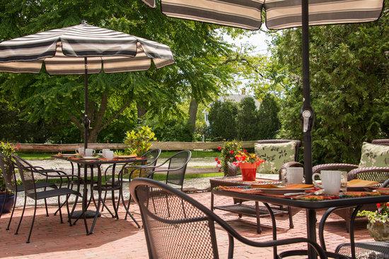 The Parsonage Inn: Breakfast on the patio