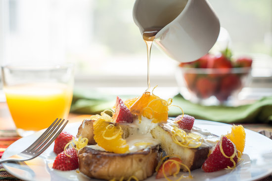 The Parsonage Inn: Freshly prepared organic breakfast. Creamy orange french toast