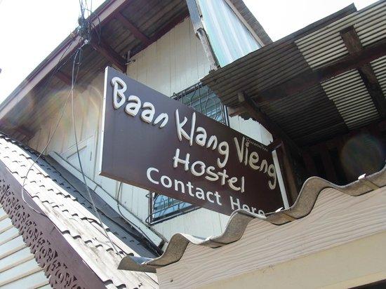 Baan Klang Vieng Hostel: Signboard