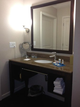 HYATT house Raleigh Durham Airport: Bathroom vanity area