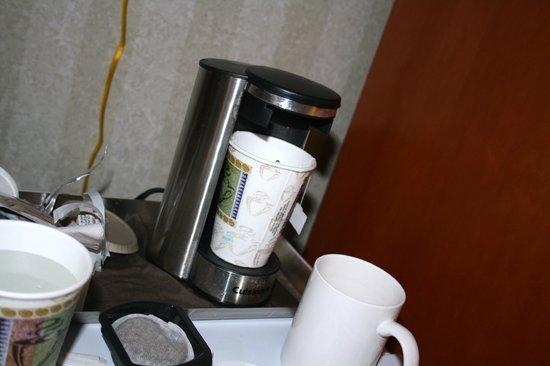 Radisson Hotel and Suites Chelmsford / Lowell: macchina del caffè camera