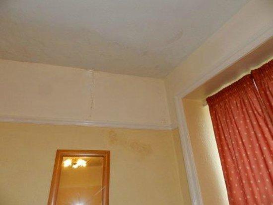 The Cobbled Yard Hotel: Humedad en la habitación ( techo )