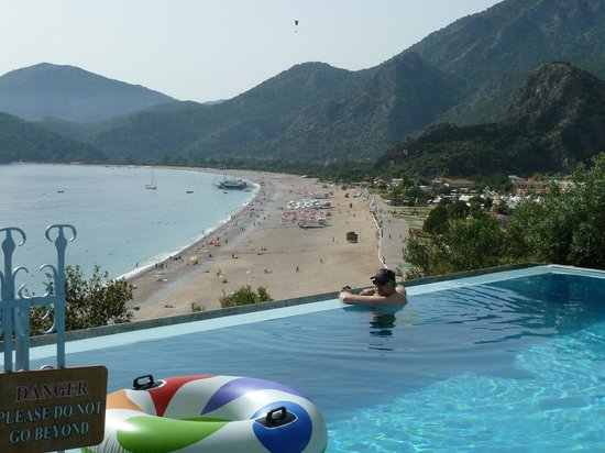 Beyaz Yunus Hotel: Infinity Pool -you are floating over the beach