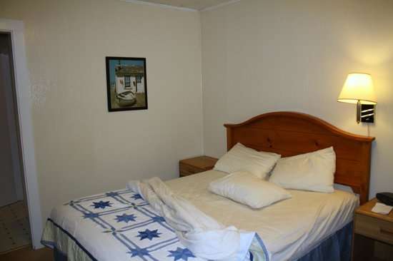 The Coast Village Inn & Cottages: camera con letto disfatto da noi!