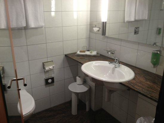 Movenpick Hotel Zurich-Airport: Bathroom