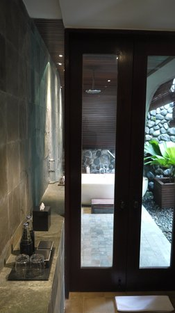 Alila Ubud: Bathroom with outdoor shower and bath