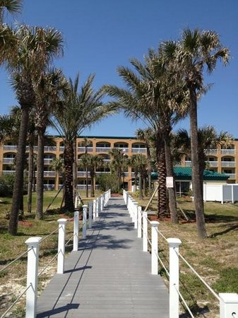 Hampton Inn St. Augustine Beach: walkway to beach