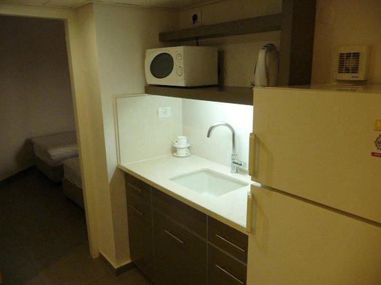 Maagan Kibbutz Holiday Village: Küche mit großem Kühlschrank