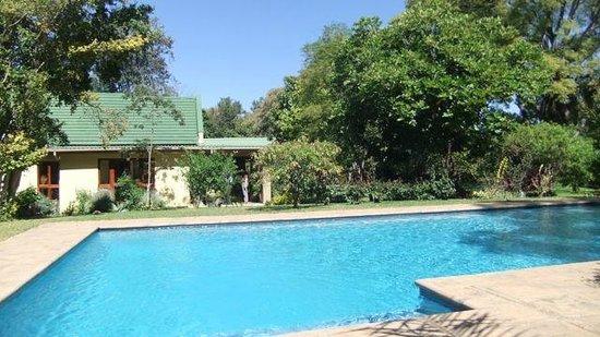 Kia Ora Lodge: Pool with main building behind