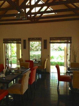 Kia Ora Lodge: Dining area with garden beyond