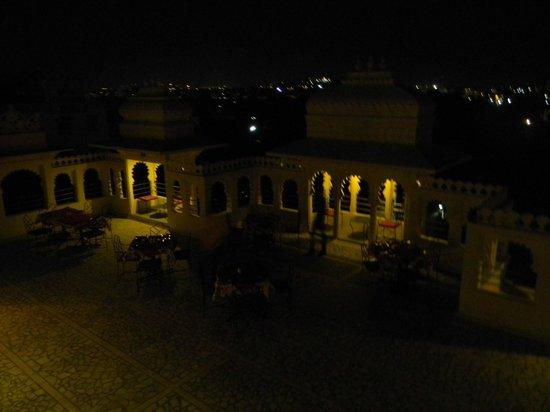 Jaisingh Garh: The night view of roof top restaurant