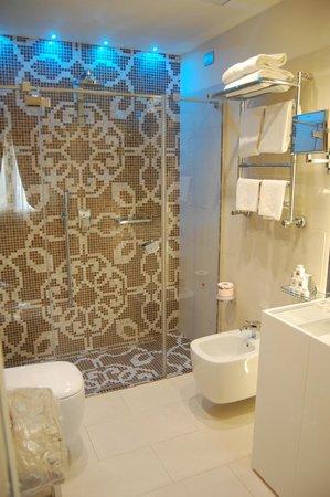 Hotel Moresco: Baño de la habitación