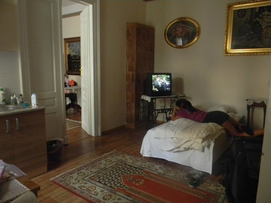 Apartments Florian - Kazimierz: Main room had the small kitchenette and two twin beds.